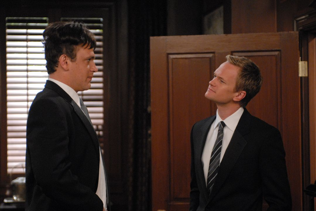 Um nicht gar so grausam auszusehen, bekommt Marshall (Jason Segel, l.) ein Toupet. Barney (Neil Patrick Harris, r.) ist beeindruckt ... - Bildquelle: Michael Yarish 20th Century Fox International Television