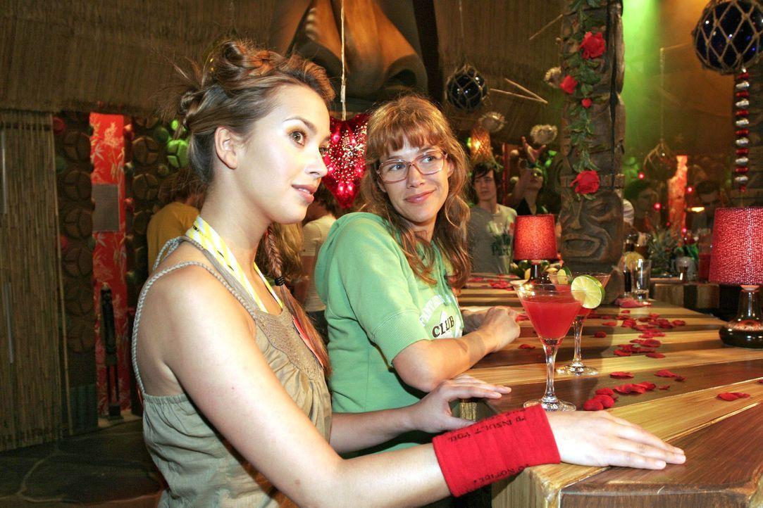 Hannah (Laura Osswald, l.) und Lisa (Alexandra Neldel, r.) versuchen auf einer Single-Party gegen ihren Liebeskummer anzukämpfen. (Dieses Foto von A... - Bildquelle: Noreen Flynn SAT.1 / Noreen Flynn