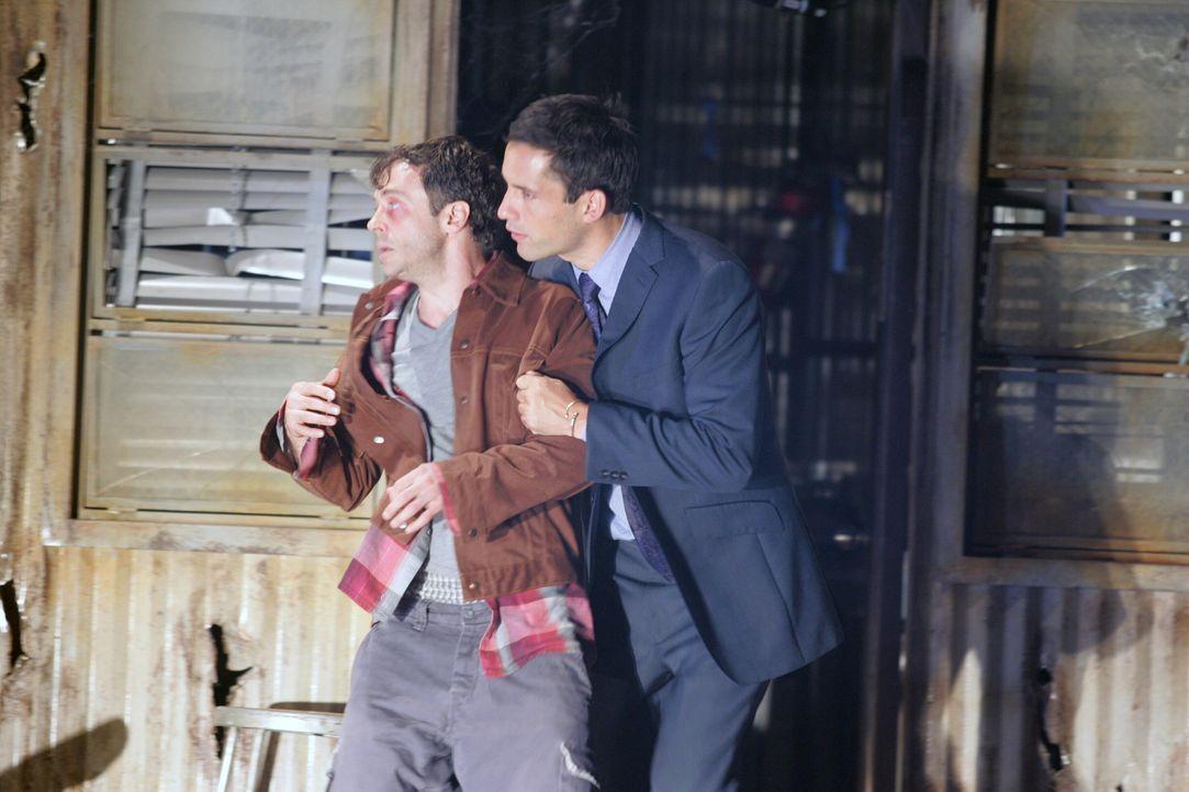 Danny Taylor (Enrique Murciano, r.) versucht den völlig verstörten Teddy (David Eigenberg, l.) zu beruhigen ... - Bildquelle: Warner Bros. Entertainment Inc.