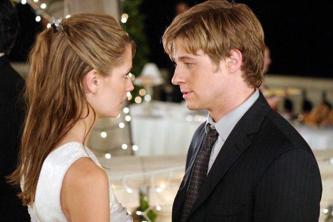 Zu guter letzt können Ryan (Benjamin McKenzie, l.) und Marissa (Mischa Barton, r.) das Fest doch noch genießen ... - Bildquelle: Warner Bros. Television