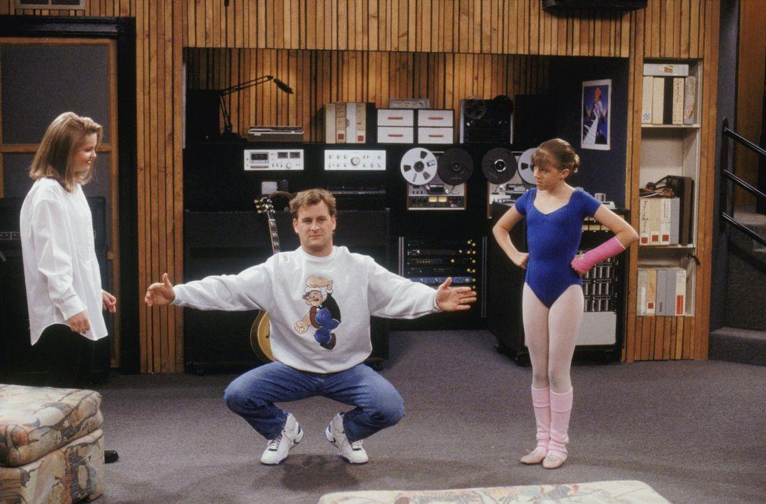 D.J. (Candace Cameron, l.) und Stephanie (Jodie Sweetin, r.) versuchen, Joey (Dave Coulier, M.) ein paar Ballett-Moves beizubringen ... - Bildquelle: Warner Brothers Inc.