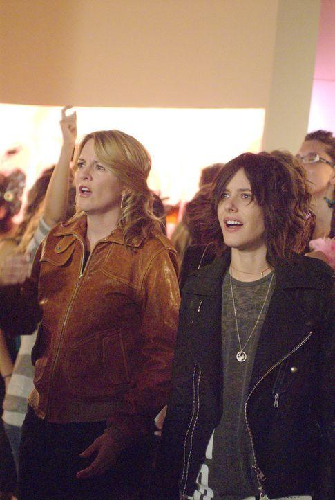 Öl-Schlammcatchen?! - Das haben Tina (Laurel Holloman, l.) und Shane (Katherine Moennig, r.) sicher nicht von Jenny erwartet... - Bildquelle: Metro-Goldwyn-Mayer Studios Inc. All Rights Reserved.