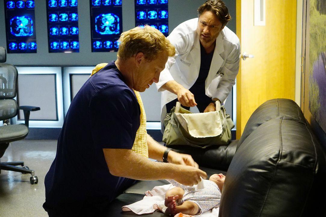 Owen (Kevin McKidd, l.) nimmt die Hilfe von Nathan (Martin Henderson, r.) in Anspruch, als er sich um Baby Harriet kümmern muss ... - Bildquelle: Richard Cartwright 2016 American Broadcasting Companies, Inc. All rights reserved.
