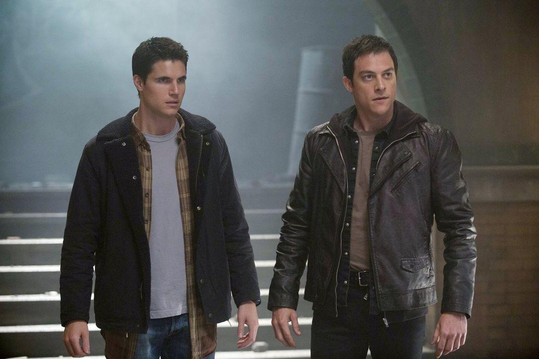 Wie viel weiß Julian (James Mackay, r.) über Stephens (Robbie Amell, l.) Doppelagentenrolle? - Bildquelle: Warner Bros. Entertainment, Inc