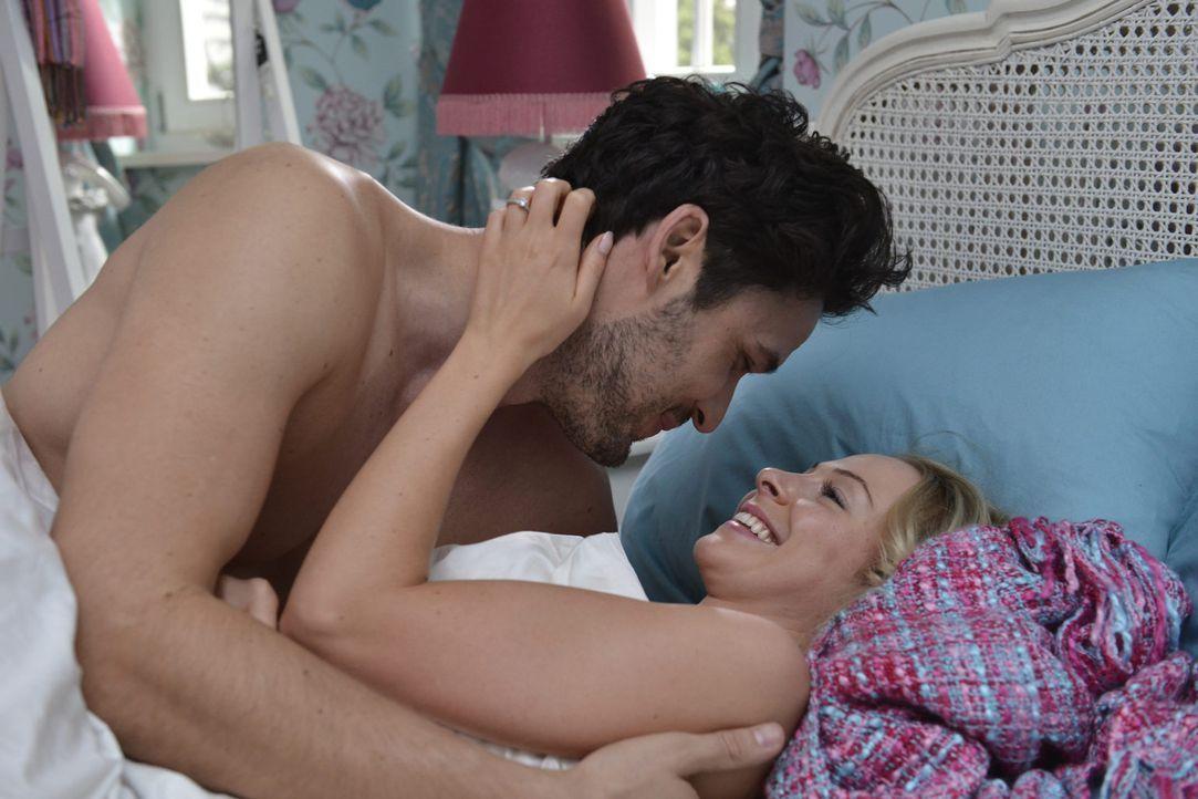 Luisa (Jenny Bach, r.) träumt vom Sex mit Sami (Alexander Milo, l.), während ihr Freund neben ihr im Bett liegt ... - Bildquelle: Oliver Ziebe sixx
