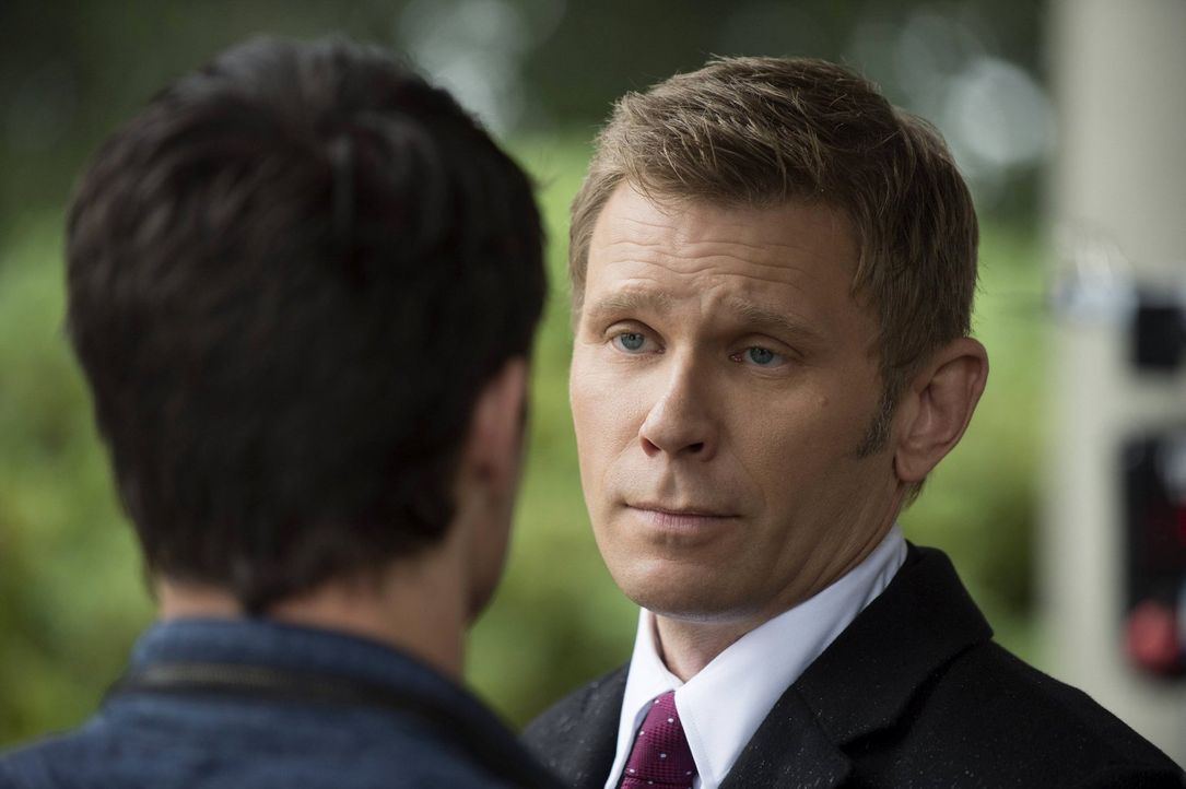 Weiß Dr. Price (Mark Pellegrino, r.), was Stephen (Robbie Amell, l.) bei seinem Partner erwarten wird? - Bildquelle: Warner Bros. Entertainment, Inc