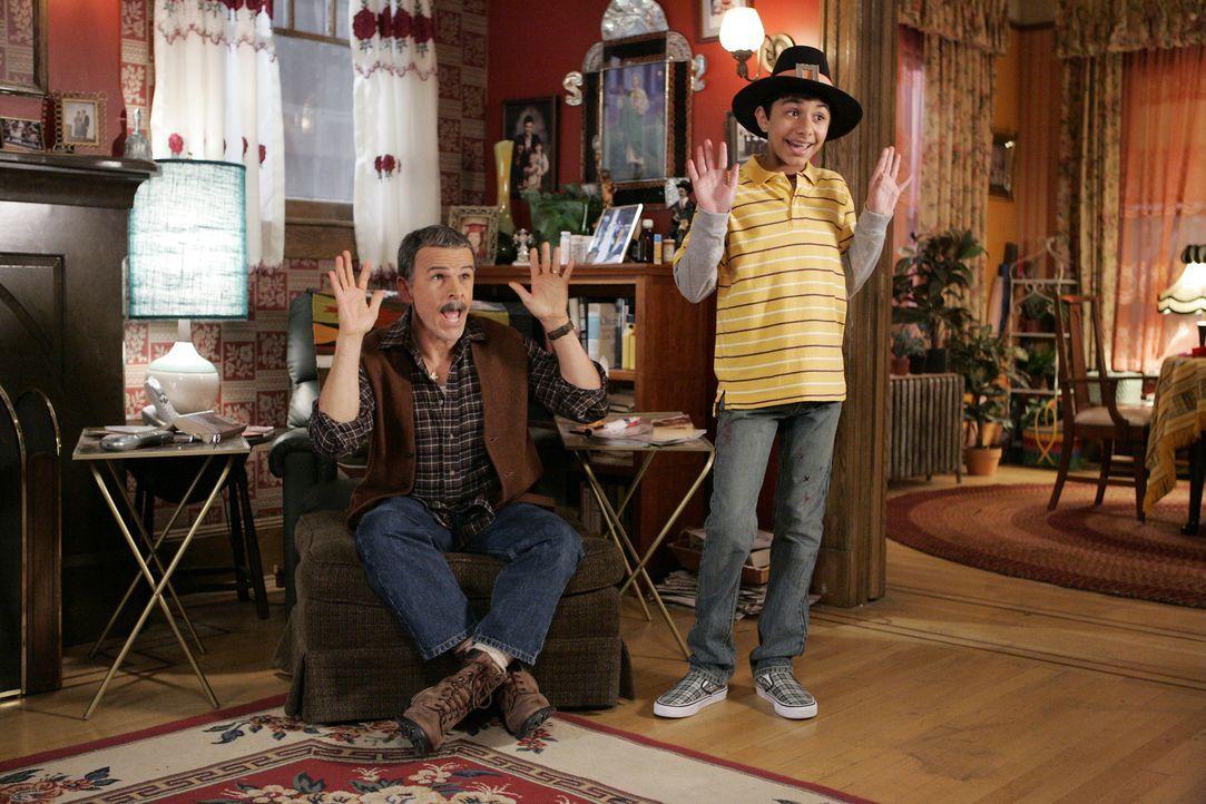 Thanksgiving steht vor der Tür, doch Betty muss Überstunden machen - Ignacio (Tony Plana, l.) und Justin (Mark Indelicato, r.) sind davon nicht bege... - Bildquelle: Buena Vista International Television