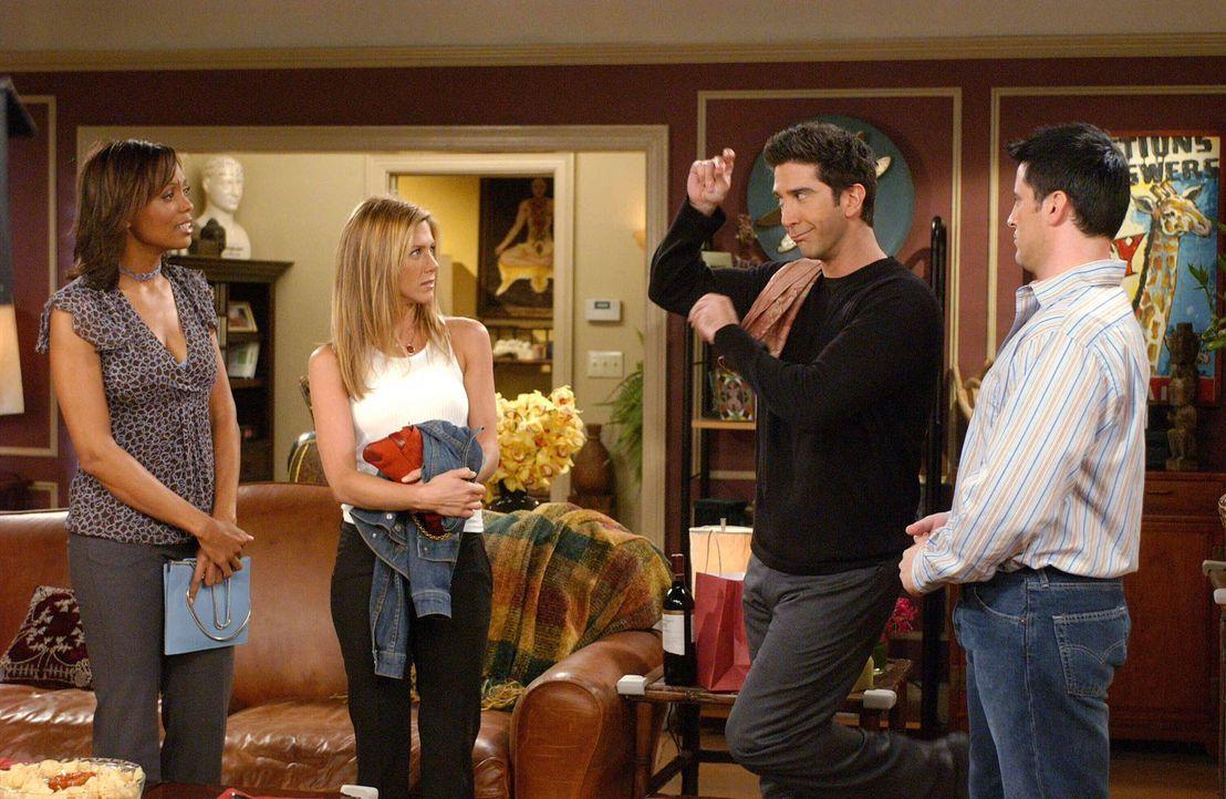 Amüsieren sich prächtig: Joey (Matt LeBlanc, r.), Rachel (Jennifer Aniston, 2.v.l.), Ross (David Schwimmer, 2.v.r.) und Charlie (Aisha Tyler, l.) ..... - Bildquelle: 2003 Warner Brothers International Television