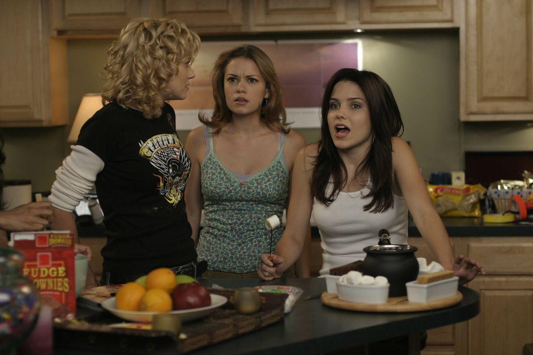Peyton (Hilarie Burton, l.), Haley (Bethany Joy Galeotti, M.) und Brooke (Sophia Bush, r.) geraten bei der Pyjamaparty heftig aneinander ... - Bildquelle: Warner Bros. Pictures