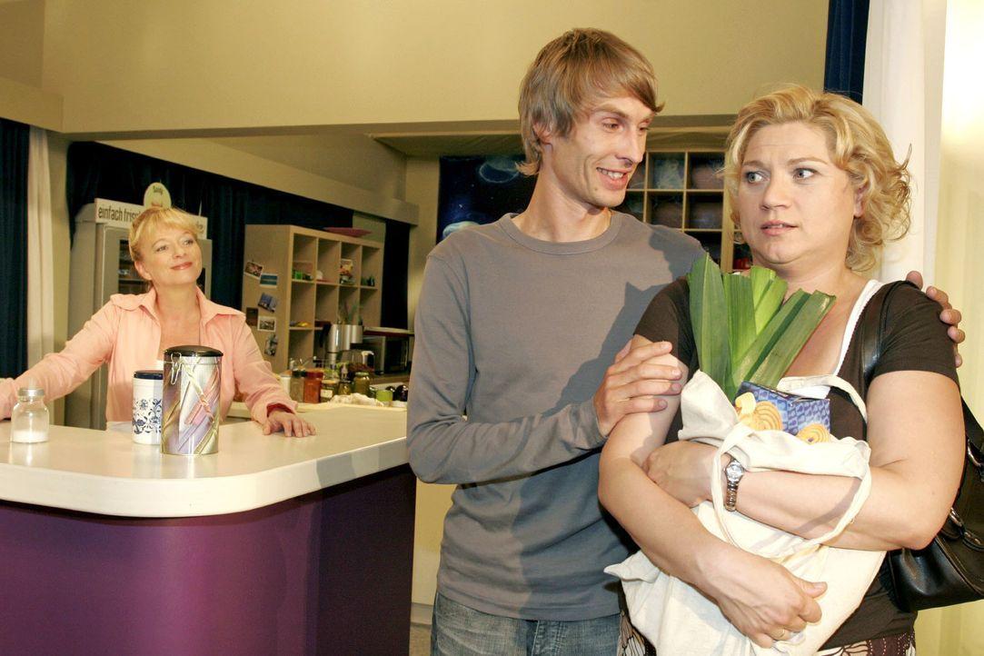 Helga (Ulrike Mai, l.) kann Agnes (Susanne Szell, r.) überreden, sich von Boris (Matthias Rott, M.) zum Kaffee einladen zu lassen. - Bildquelle: Noreen Flynn SAT.1 / Noreen Flynn