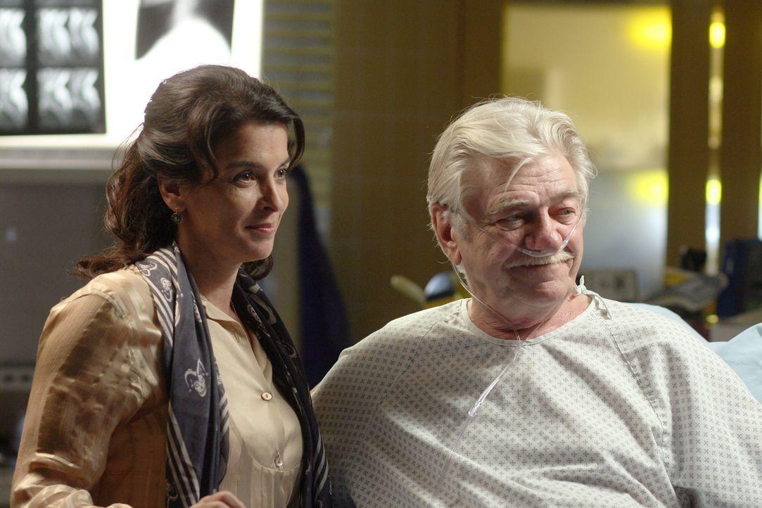 Mr. Gover (Seymour Cassel, l.) ist damit einverstanden und schätzt Dianas (Annabella Sciorra, r.) Arbeit ... - Bildquelle: Warner Bros. Television