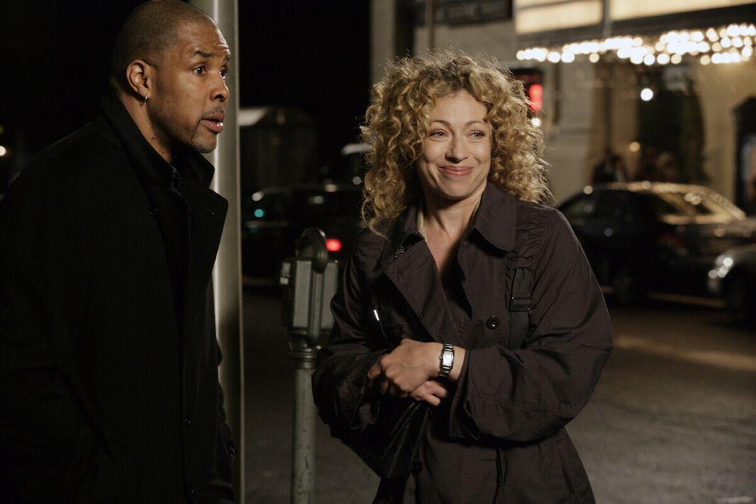 Alte Freunde: Elizabeth (Alex Kingston, r.) und Peter (Eriq La Salle, l.) ... - Bildquelle: Warner Bros. Television