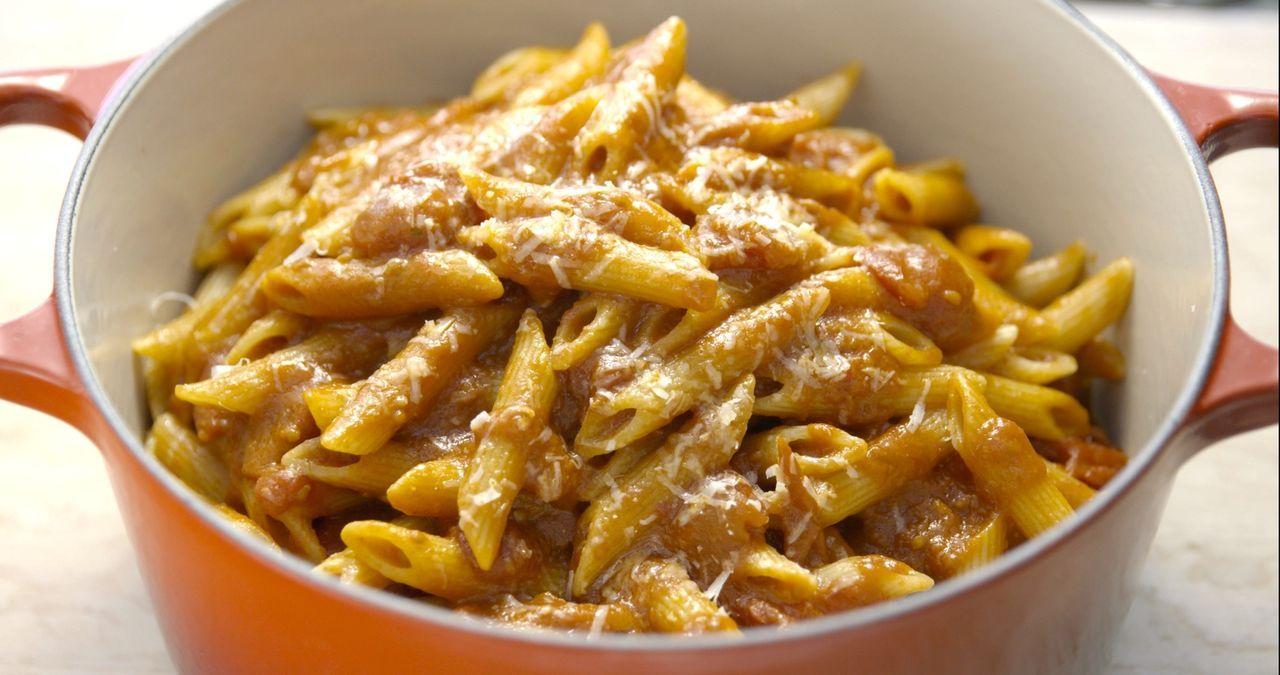 Wie fast jedes Kind, war Giada früher auch ein absoluter Fan von Pasta Pomodoro. Verfeinert wird diese mit leckerem Parmesan ... - Bildquelle: 2015,Television Food Network, G.P. All Rights Reserved