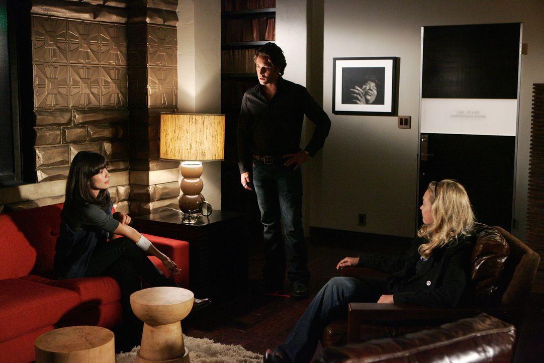 Mick (Alex O'Loughlin, M.) traut seinen Augen nicht, als er die neue Fotografin von Beth (Sophia Myles, r.) sieht: Morgan (Shyannyn Sossamon, l.) is... - Bildquelle: Warner Brothers