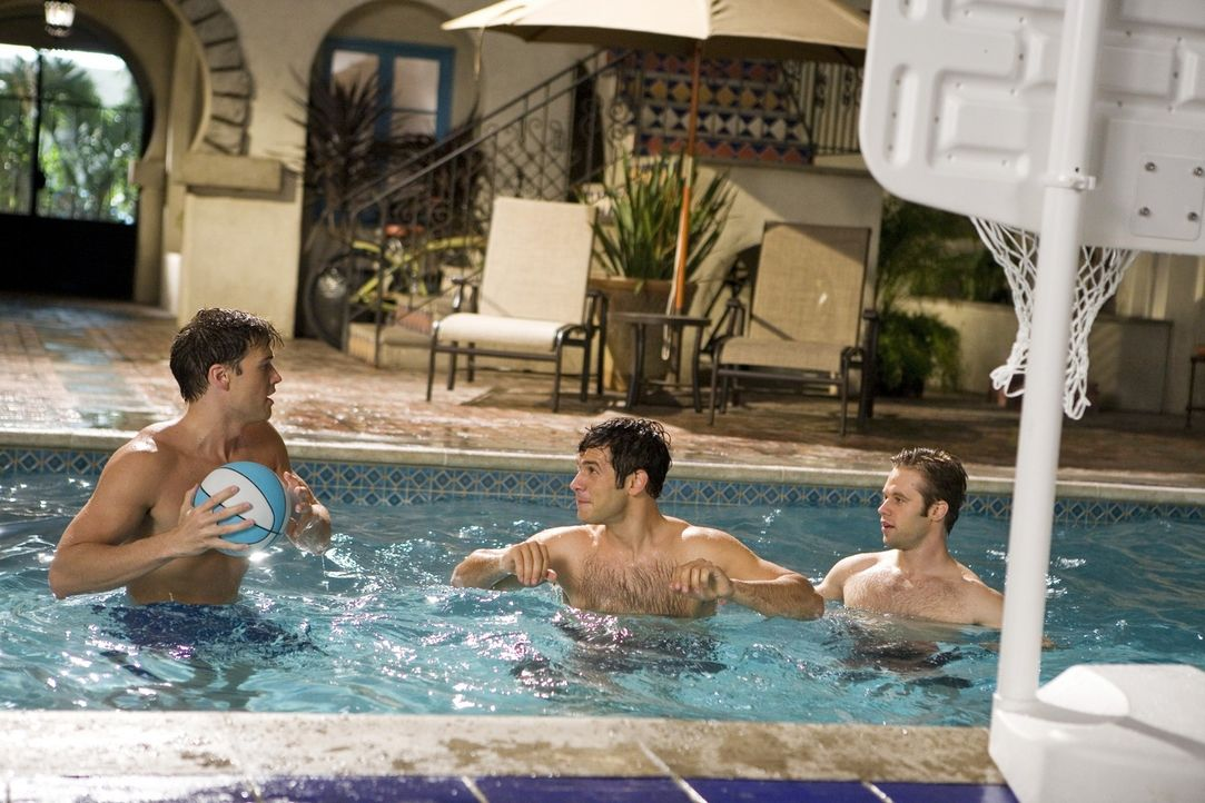 Drew (Nick Zano, l.) erkundigt sich bei Jonah (Michael Rady, M.) und David (Shaun Sipos, r.) nach Riley - kann er bei ihr punkten? - Bildquelle: 2009 The CW Network, LLC. All rights reserved.