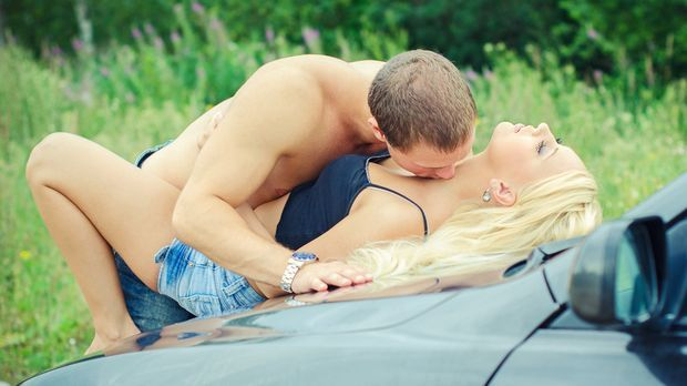 Paar bem Sex auf der Motorhaube