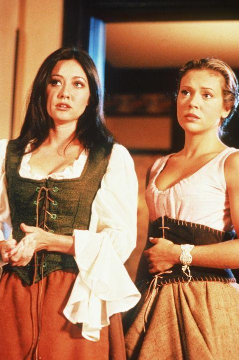 Phoebe (Alyssa Milano, r.) und Prue (Shannen Doherty, l.) machen eine erschreckende Entdeckung ... - Bildquelle: Paramount Pictures
