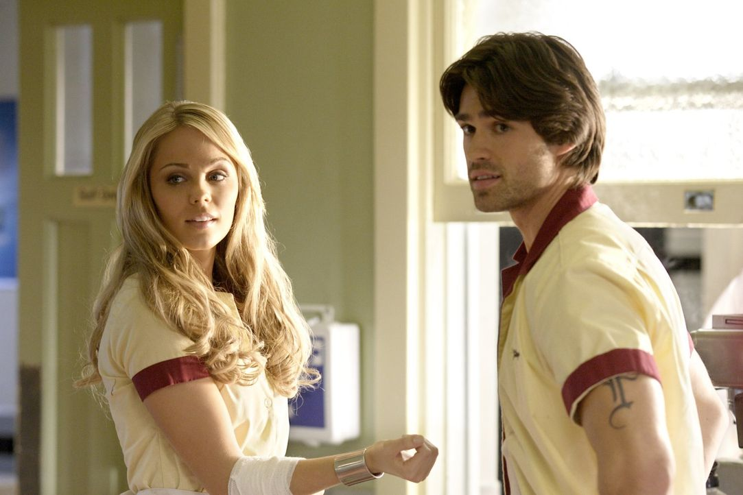 Der Kellner Finley (Corey Sevier, r.) ist so besessen von Kara (Laura Vandervoort, l.), dass er etwas Unglaubliches tut, als Lex sie befreien will ... - Bildquelle: Warner Bros.