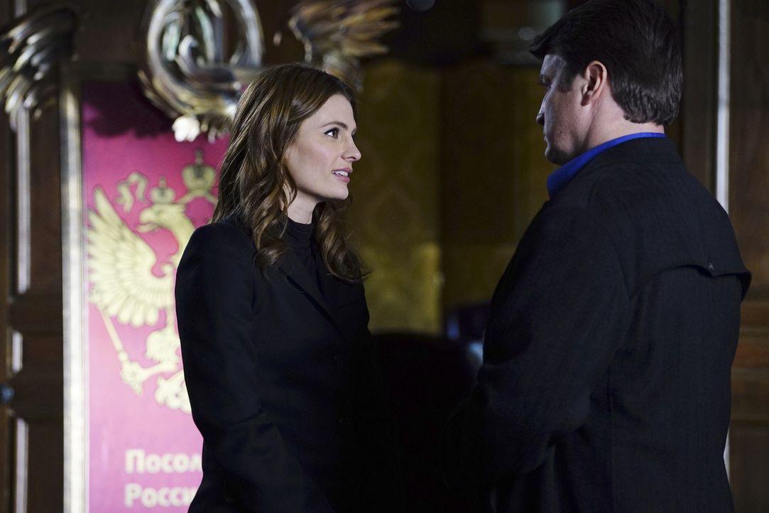 Beckett (Stana Katic, l.) und Castle (Nathan Fillion, r.) werden in ein gefährliches Spiel internationaler Kriminalität gezogen, als der Sohn eines... - Bildquelle: Richard Cartwright 2016 American Broadcasting Companies, Inc. All rights reserved.