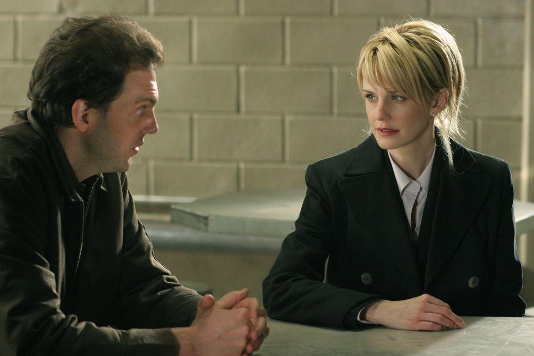 Kommissarin Lilly Rush (Kathryn Morris, r.) erhält Liebesbriefe aus dem Gefängnis von James Hogan (Silas Weir Mitchell, l.). In einem Brief erzählt... - Bildquelle: Warner Bros. Television