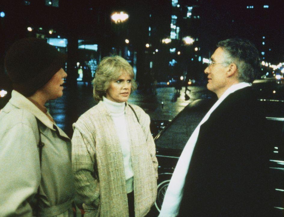 Auf der Straße werden Cagney (Sharon Gless, M.) und Lacey (Tyne Daly, l.) von der rechten Hand des Gangsterbosses Quinones, Corrigan (John P. Ryan)... - Bildquelle: ORION PICTURES CORPORATION. ALL RIGHTS RESERVED.