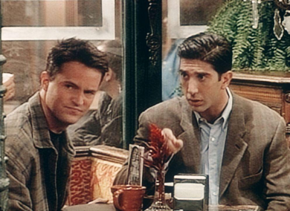 """Chandler (Matthew Perry, l.) hat sich auf ein """"Blind Date"""" eingelassen. Ross (David Schwimmer, r.) steht seinem Freund bei. - Bildquelle: TM+  2000 WARNER BROS."""