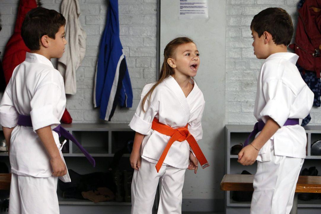 Zoe (Olivia Edward, M.) versucht alles, um Harrison (Vincent Reina, l.) und Nicholas (Charlie Reina, r.) schlecht zu machen ... - Bildquelle: Warner Bros. Entertainment, Inc.
