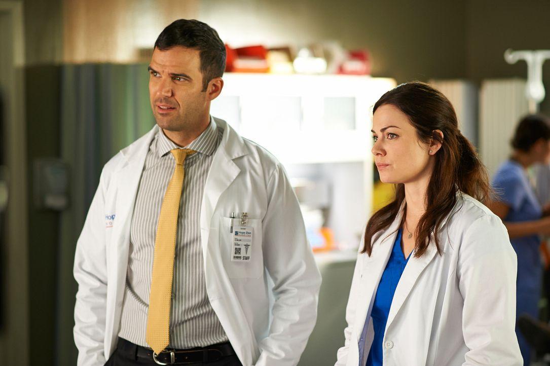Zachary (Benjamin Ayres, l.) und Alex (Erica Durance, r.) schlagen sich mit seltsamen Patienten herum ... - Bildquelle: 2012  Hope Zee One Inc.