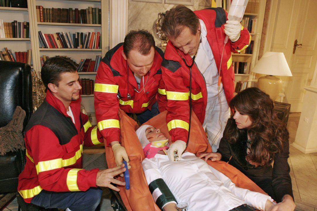 Geschockt sieht Mariella (Bianca Hein, r.), wie Laura (Olivia Pascal, liegend) schwer verletzt von den Sanitätern abgeholt wird. - Bildquelle: Noreen Flynn SAT.1 / Noreen Flynn