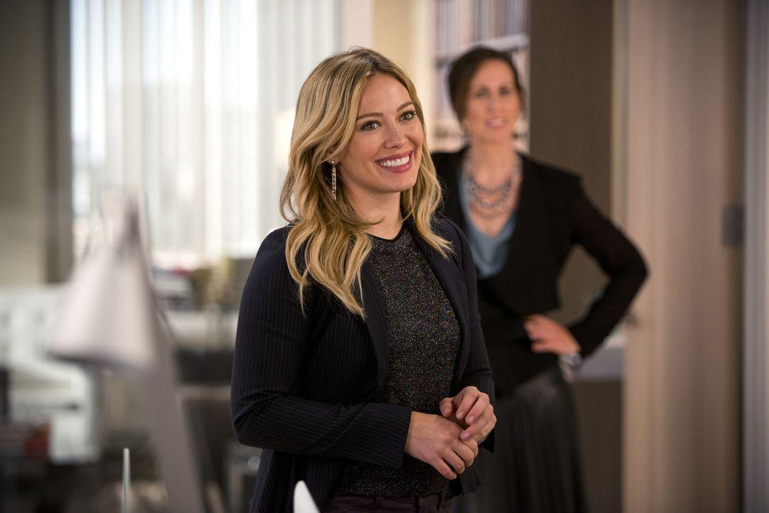 Kelsey (Hilary Duff) hat mit einem neuen Buch zu kämpfen, dass sie innerhalb eines Tages und einer Nacht lesen muss. Unterdessen verlebt Liza ein sp... - Bildquelle: Hudson Street Productions Inc 2015