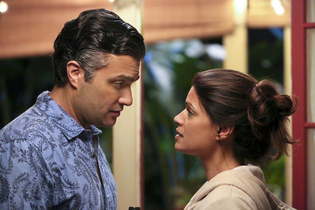 Xo (Andrea Navedo, r.) bemüht sich, jeder zärtlichen Situation mit Rogelio (Jaime Camil, l.) aus dem Weg zu gehen, um ihr Gelübde nicht zu brechen,... - Bildquelle: 2014 The CW Network, LLC. All rights reserved.