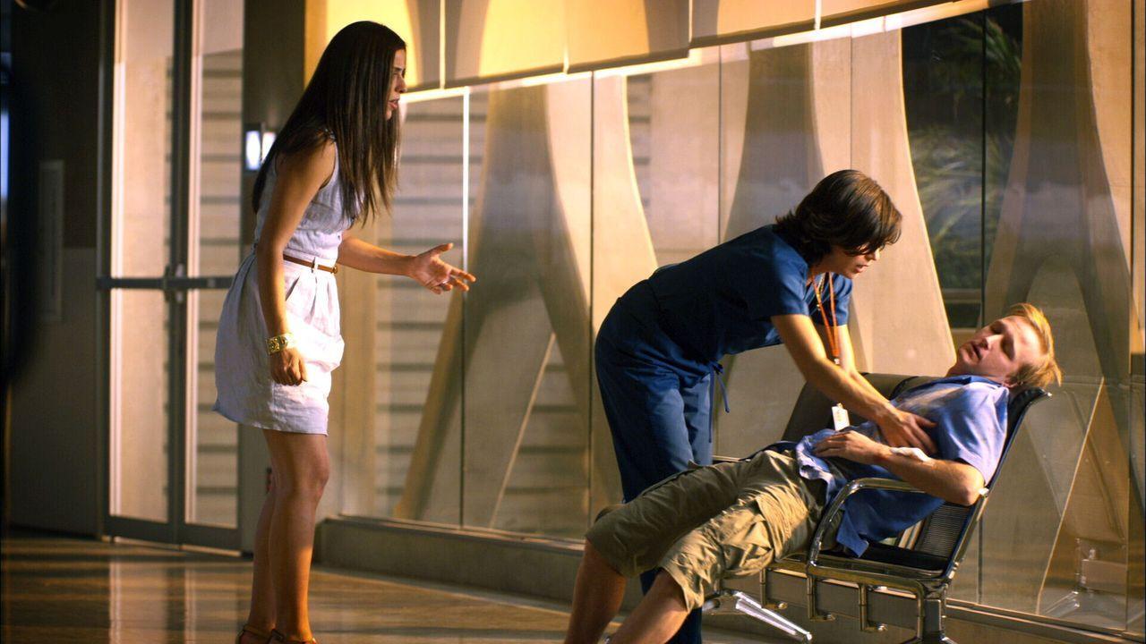 Späte Diagnose: Brad (Eric Ladin, r.) erleidet beim Alligatorenangriff eine schwere Gehirnverletzung, die erst im Krankenhaus von Dr. Zambrano (Lan... - Bildquelle: Warner Brothers