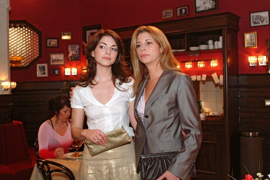 Mariella (Bianca Hein, l.) gibt Laura (Olivia Pascal, r.) zu verstehen, dass sie und Friedrich noch einmal eine zweite Chance für ihre Beziehung be... - Bildquelle: Sat.1