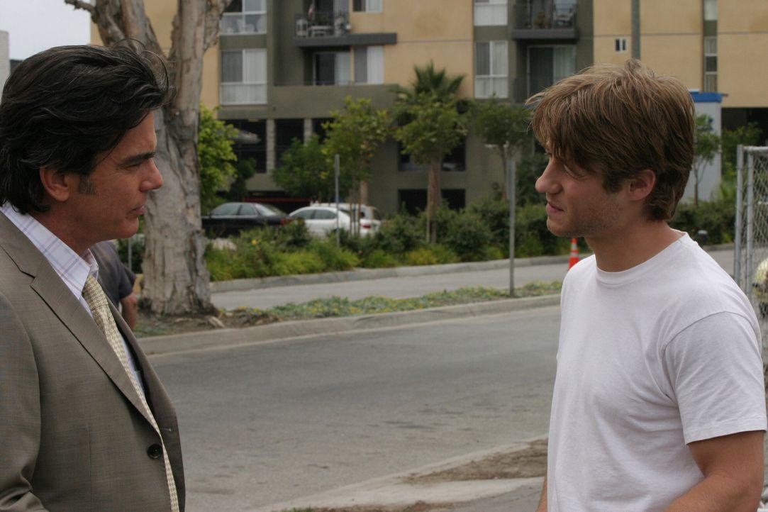 Sandy (Peter Gallagher, l.) überreicht Ryan (Benjamin McKenzie, r.) ein Flugticket, mit der Bitte, Seth zurückzuholen ... - Bildquelle: Warner Bros. Television