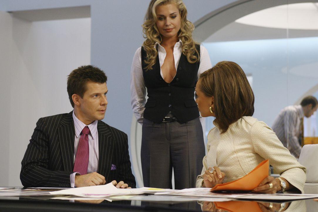 Wilhelmina (Vanessa Williams, r.) entwickelt einen teuflischen Plan: Wenn sie MODE nicht haben kann, dann will sie die Zeitschrift von Alexis (Rebec... - Bildquelle: Buena Vista International Television