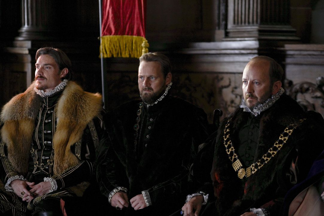 Warten auf das Urteil über Lord Surrey: Lord Herford (Max Brown, l.), Sir Richard Rich (Rod Hallett, M.) und Sir Risley (Frank McCusker, r.) ... - Bildquelle: 2010 TM Productions Limited/PA Tudors Inc. An Ireland-Canada Co-Production. All Rights Reserved.