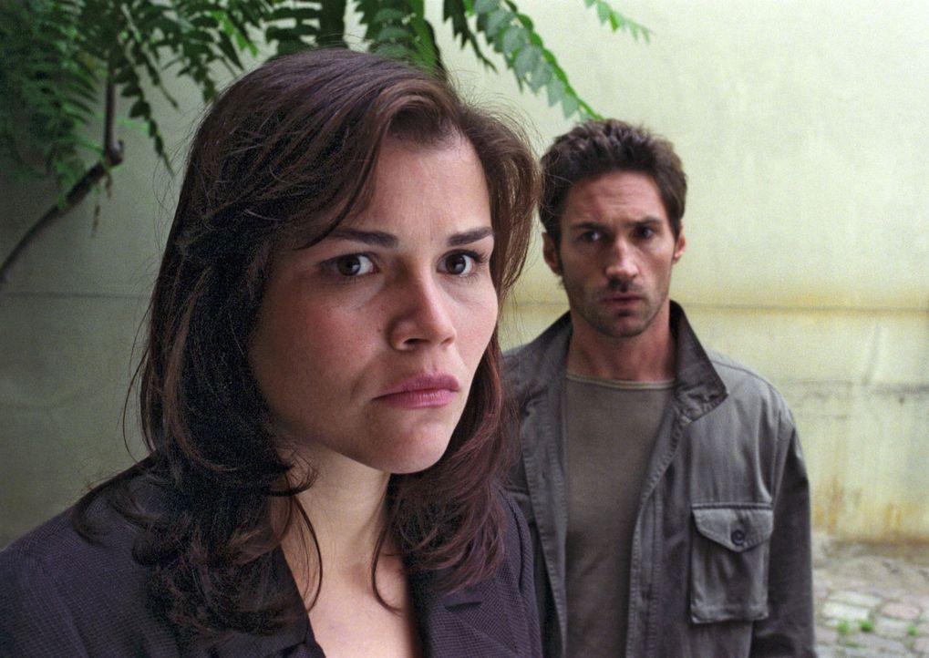 Pia (Katharina Wackernagel, vorne) ist zutiefst verletzt: Uli (Benjamin Sadler, hinten) hat sie ausgerechnet in der schwierigen Zeit betrogen - was... - Bildquelle: Sat.1