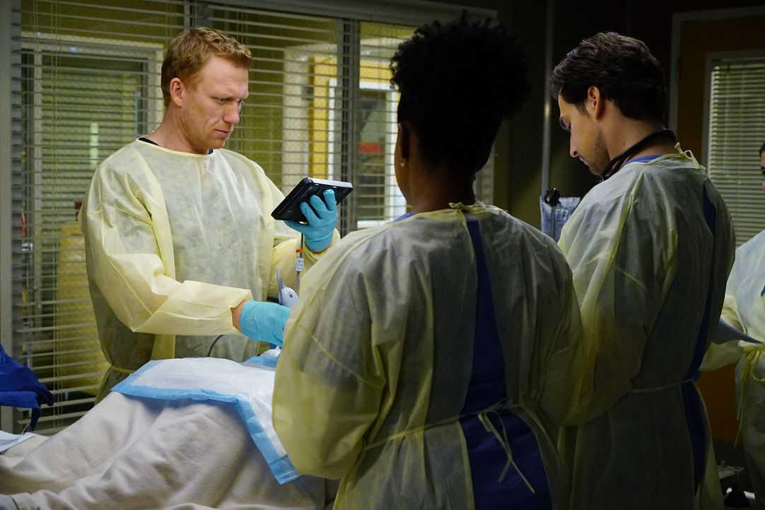 Diane Pierce kehrt zum Grey Sloan zurück. Währenddessen müssen sich Owen (Kevin McKidd, l.), Stephanie (Jerrika Hinton, M.) und Andrew (Giacomo Gian... - Bildquelle: Richard Cartwright 2016 American Broadcasting Companies, Inc. All rights reserved.