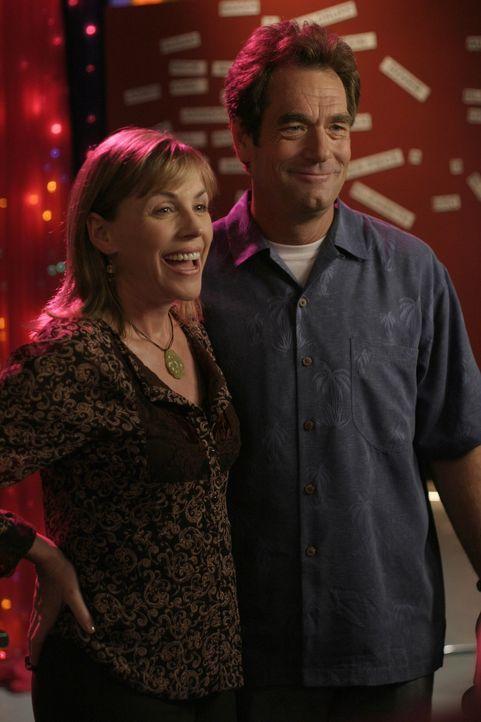 Haleys Eltern Jim (Huey Lewis, r.) und Lydia (Bess Armstrong, l.) freuen sich über die Hochzeit ihrer Tochter ... - Bildquelle: Warner Bros. Pictures