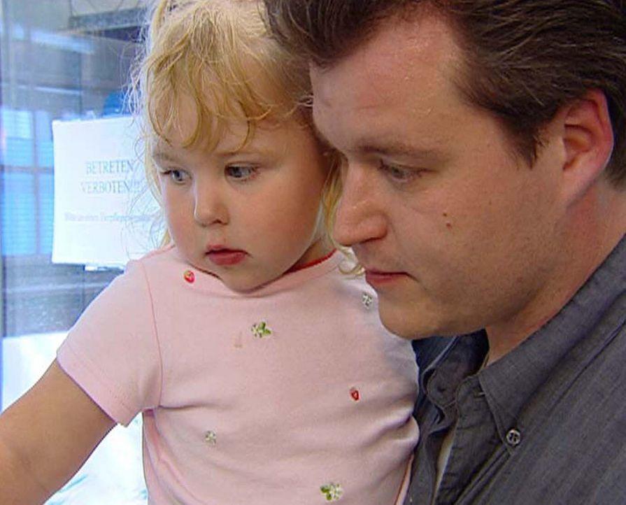 Klaus Ulrich (r.) übernimmt regelmäßig den Wochenendeinkauf und kümmert sich um Töchterchen Kay Sarah (l.). - Bildquelle: ProSieben