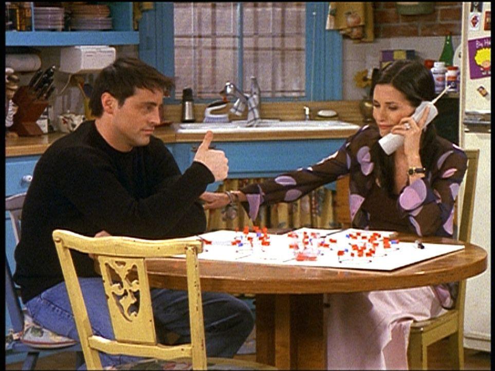 Joey (Matt LeBlanc, l.) möchte, dass Monica (Courteney Cox, r.) seine Eltern zu ihrer Hochzeit einlädt ... - Bildquelle: TM+  2000 WARNER BROS.