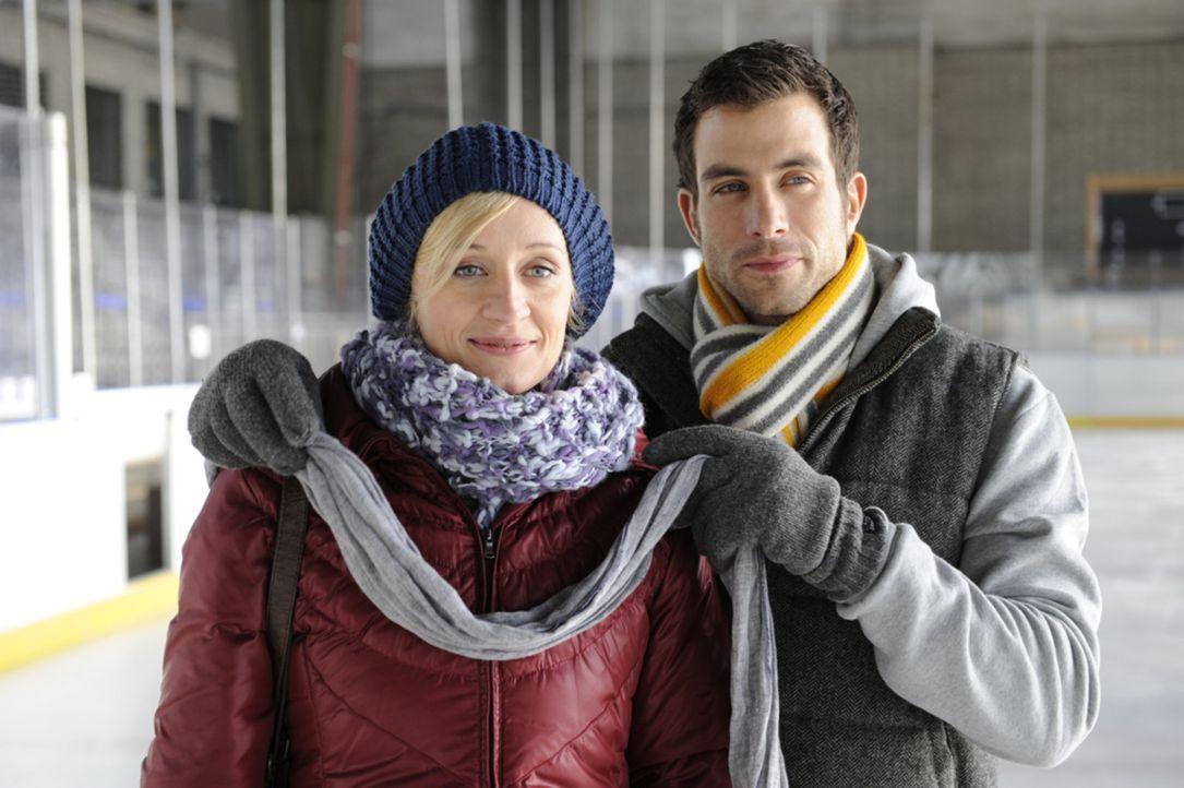 Michael (Andreas Jancke, r.) hat zu Karins (Barbara Sotel, l.) erstaunen eine Eishalle gemietet ... - Bildquelle: Christoph Assmann SAT.1