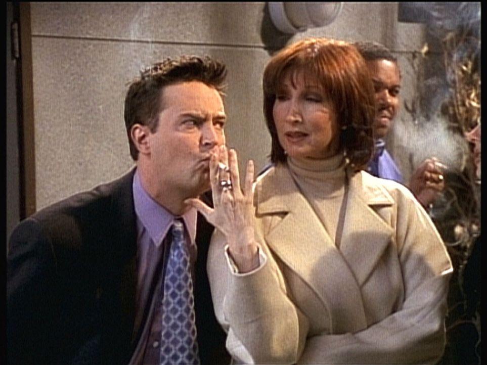 Der ehemalige Raucher Chandler (Matthew Perry, l.) kann der Versuchung nicht widerstehen ... - Bildquelle: TM+  2000 WARNER BROS.