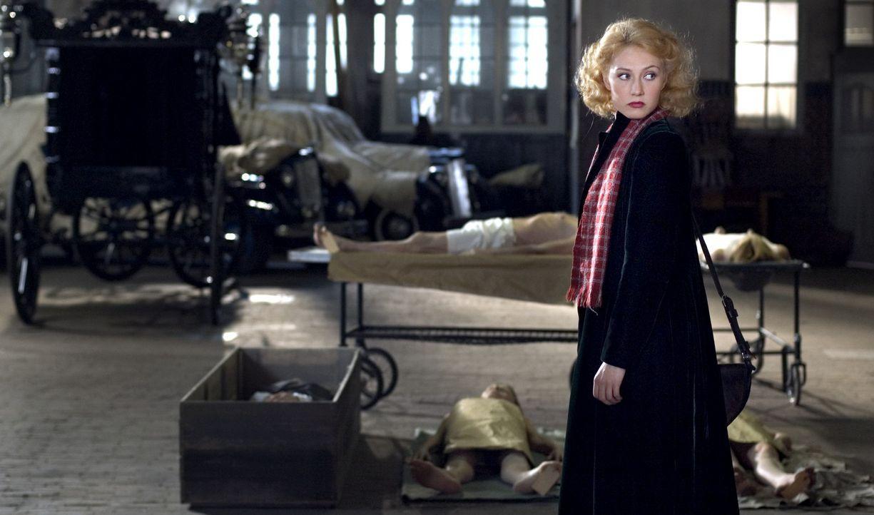 Die jüdische Sängerin Rachel Stein (Carice van Houten) entkommt auf der Flucht vor den Nazis nur um ein Haar einem Massaker, dem ihre gesamte Fami... - Bildquelle: Egoli Tossell Film AG