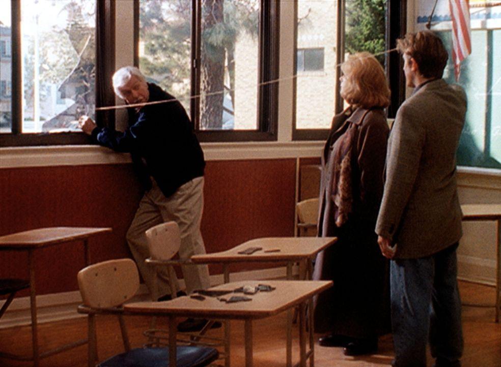Mark (Dick Van Dyke, l.) und Jesse (Charlie Schlatter, r.) versuchen der Staatsanwältin Susan (Piper Laurie, M.) zu beweisen, dass das Opfer nicht a... - Bildquelle: Viacom