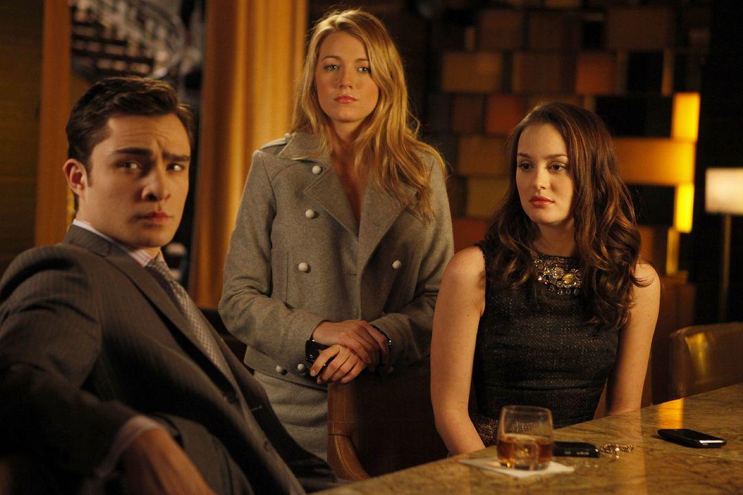 Serena (Blake Lively, M.) bittet Chuck (Ed Westwick, l.), seiner Mutter eine Chance zu geben und auch Blair (Leighton Meester, r.) ist dafür. - Bildquelle: Warner Brothers