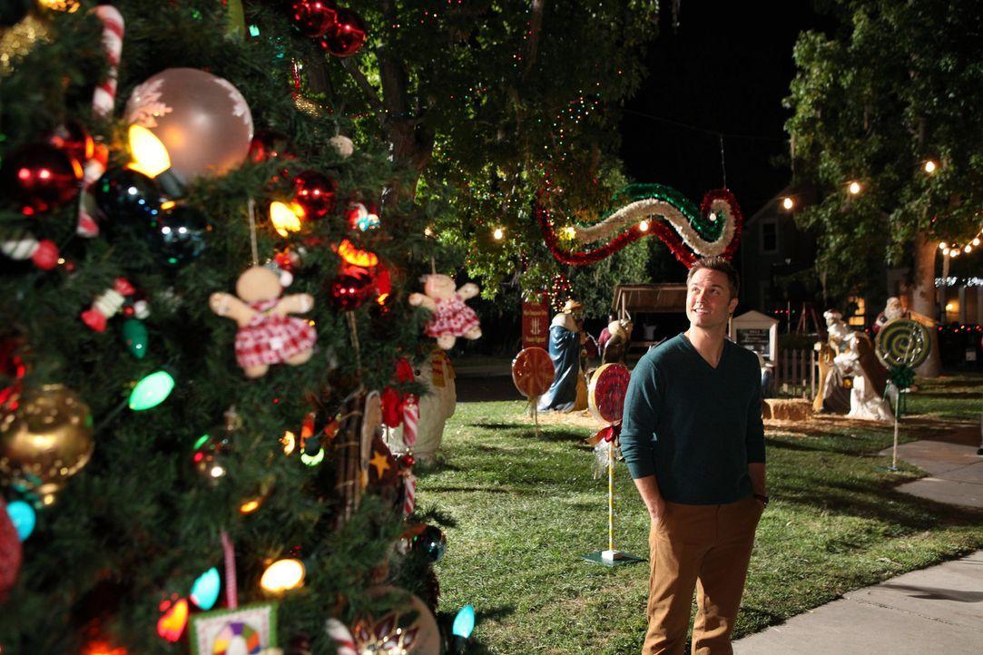 Bei seiner Suche nach einem perfekten, imposanten Weihnachtsbaum für die Stadt, lässt sich George (Scott Porter) ausgerechnet von Wade helfen ... - Bildquelle: Warner Bros.