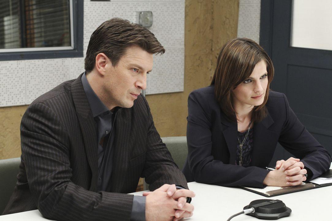 Richard Castle (Nathan Fillion, r.) und Kate Beckett (Stana Katic, l.) verhören den ersten Verdächtigen in ihrem aktuellen Fall. - Bildquelle: ABC Studios