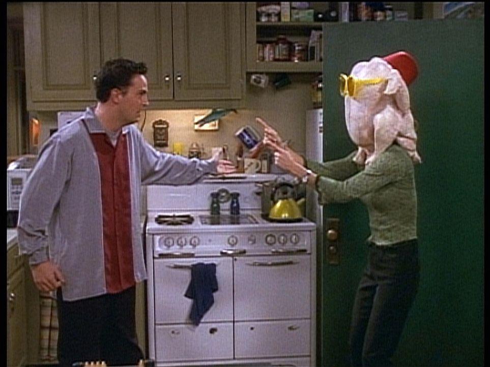 Monica (Courteney Cox, r.) schreckt vor nichts zurück, um ihren Freund Chandler (Matthew Perry, l.) aufzuheitern. - Bildquelle: TM+  2000 WARNER BROS.