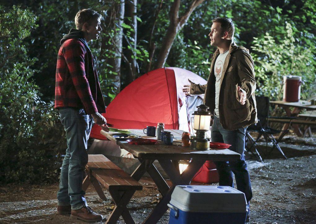 Als George (Scott Porter, r.) plötzlich auf dem Campingplatz auftaucht, muss Wade (Wilson Bethel, l.) sich dem Gesagten stellen ... - Bildquelle: Warner Bros.